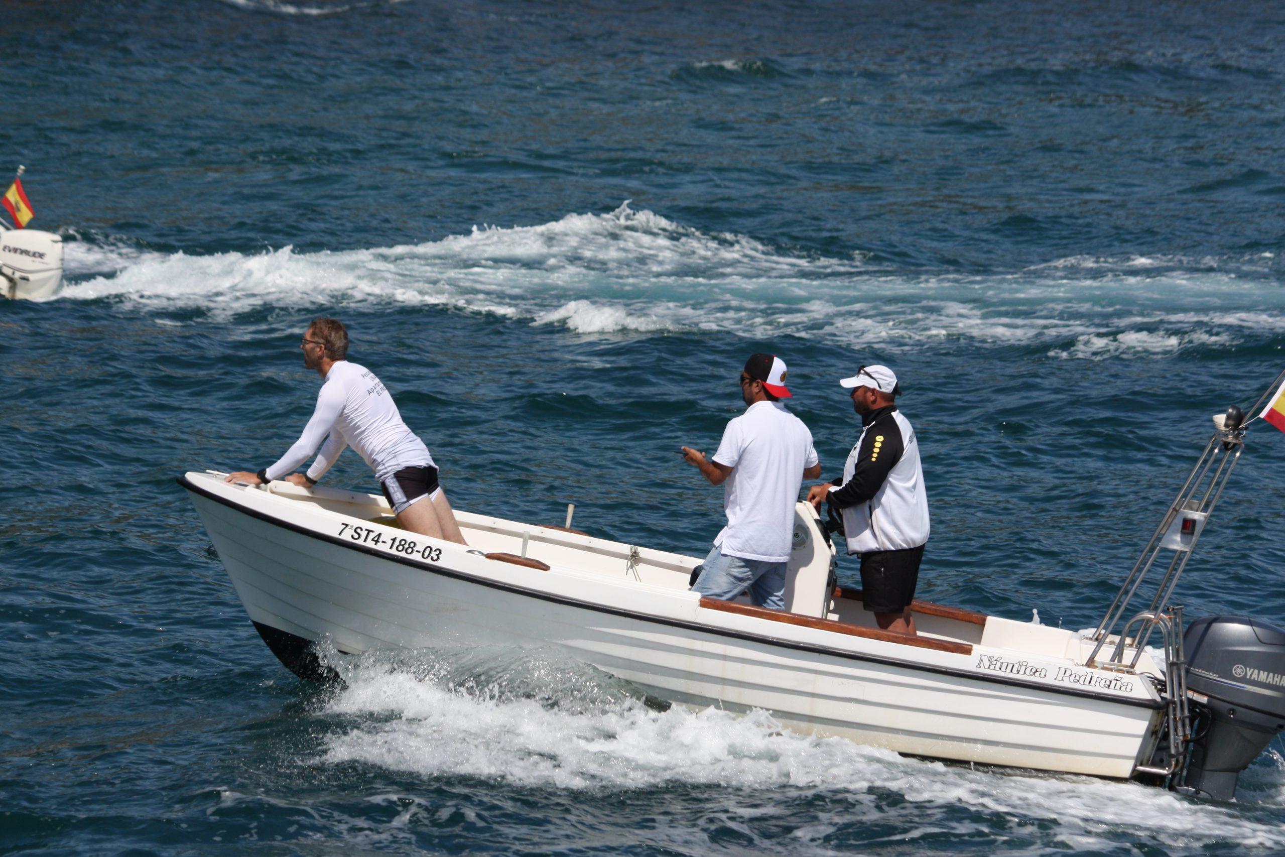 Joseba Fernandez siguiendo la regata